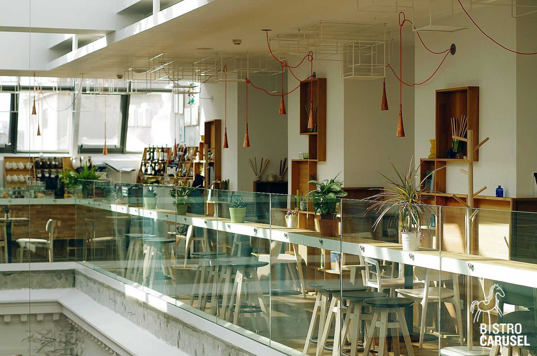 Restaurnt Bistro Carusel din Bucuresti, ghivece cu flori, la etaj