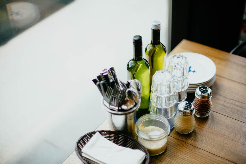 solnite de sare si piper, tacamuri si oliviera unice, ca masuri de siguranță la terase