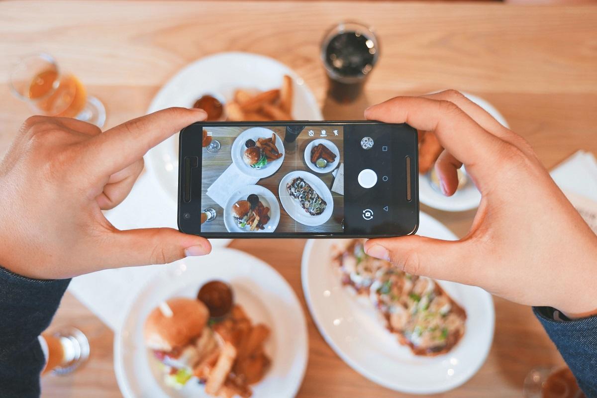 mancare fotografiata cu un telefon, in ideea de strategii de marketing pentru restaurante dupa COVID-19