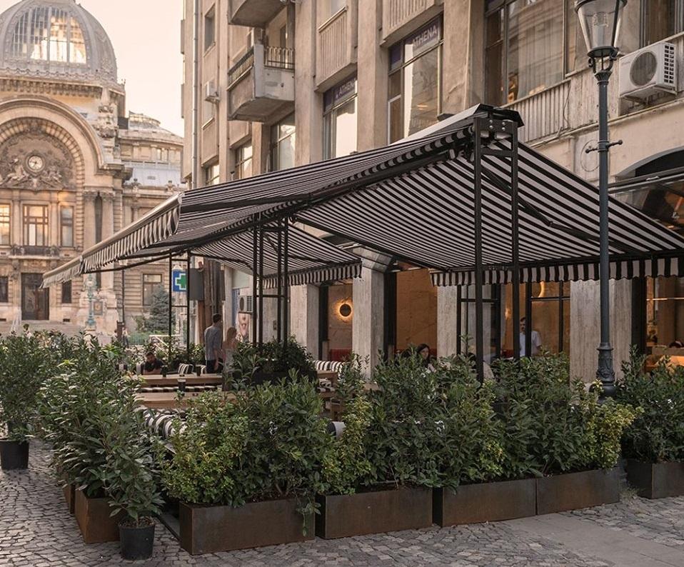 terasa restaurantului Le Bab din Centrul Vechi, cu Copertina trase, imprejmuita de un gard viu
