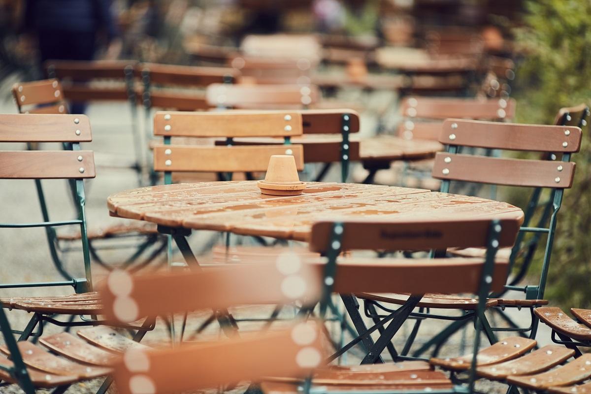 mese si scaune din lemn de la terase frumoase din Centrul Vechi
