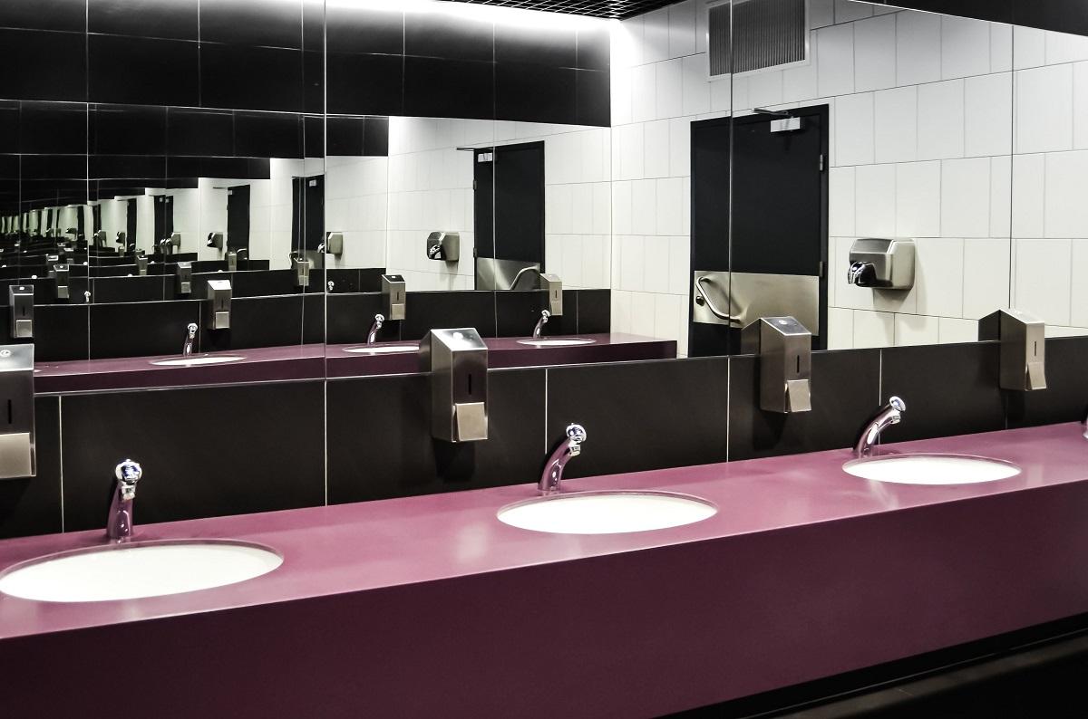 sala de baie la restaurant, cu chiuvete in blat moc si oglinzi