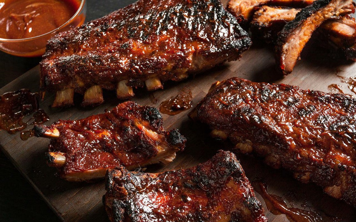mai multe bucati de coaste de porc glazurate cu sos BBq de la ribs bar & grill București