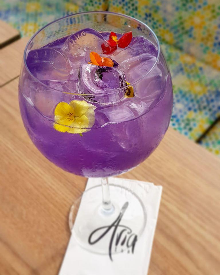 Cocktail Aria Affair, de la cocktail bar Aria TNB București, de culoare moc, cu flori comestibile