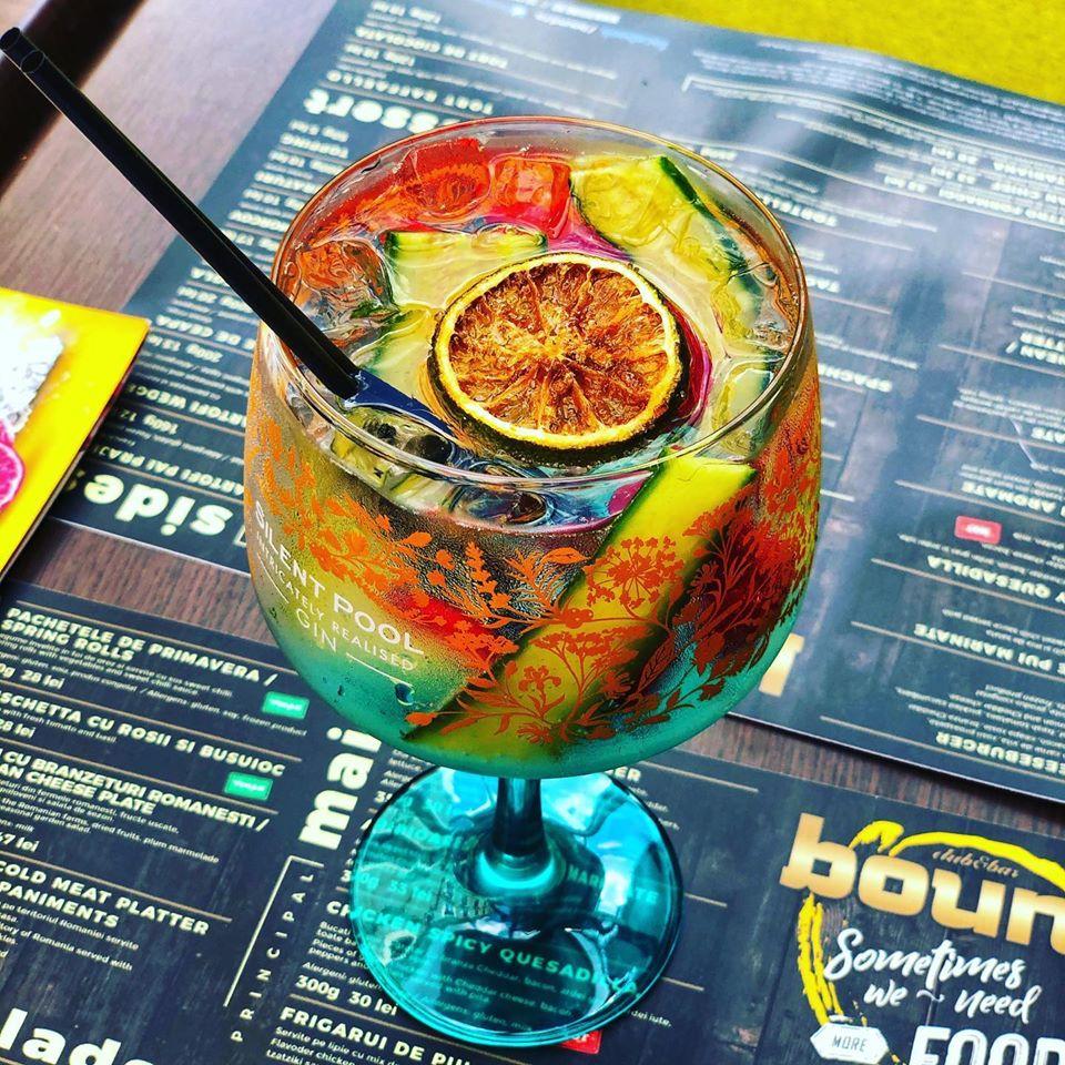 Cucumber Basil Gin (cu gin, suc de lămâie, sirop de zahăr, castravete, busuioc și sprite, de la Club Bound, cocktail bar bucurești