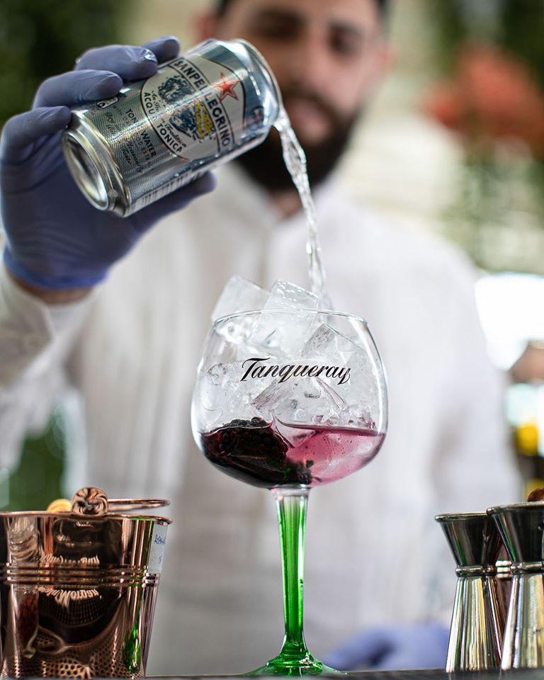 barman care toarnă băutura într-un pahar de cocktail la Biutiful by the Lake București