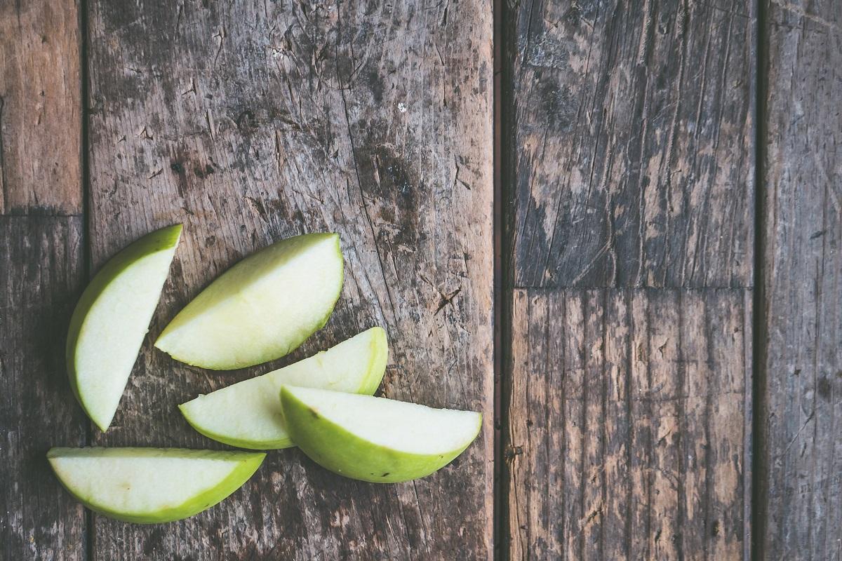 felii de mar verde taiate pe un fundal de lemn