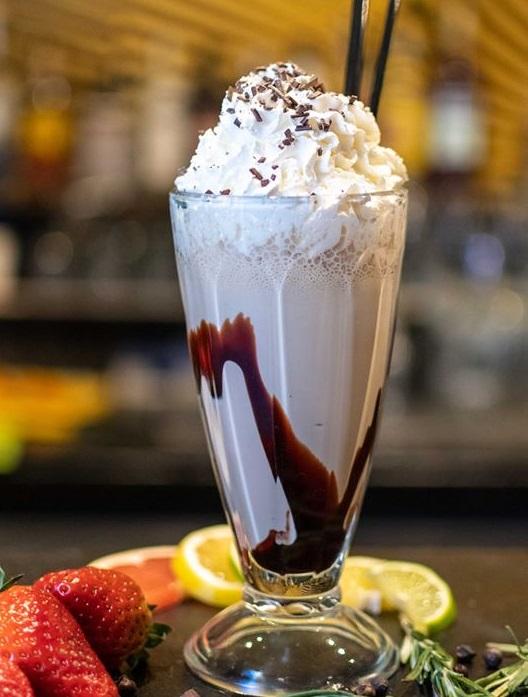 pahar inalt, transparent, cu frappe bun cu frisca si ciocolata la retina by traffic bucurești
