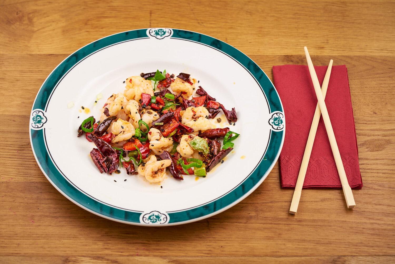 farfurie cu fructe de mare si legume, langa care se afla doua betisoare chinezesti, la restaurant chinezesc peng you București