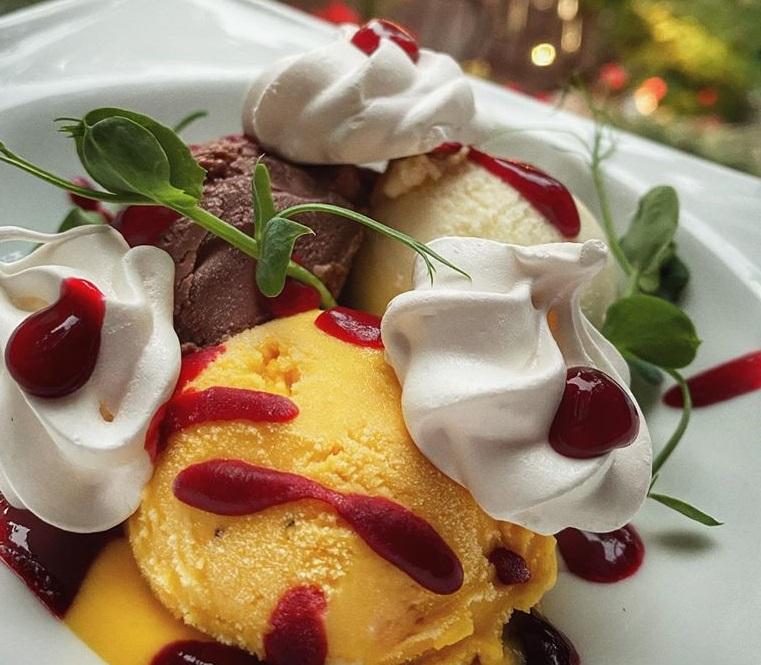 bol cu cupe de înghețată asortată, sos de fructe  și bezele, la restaurant Savart București