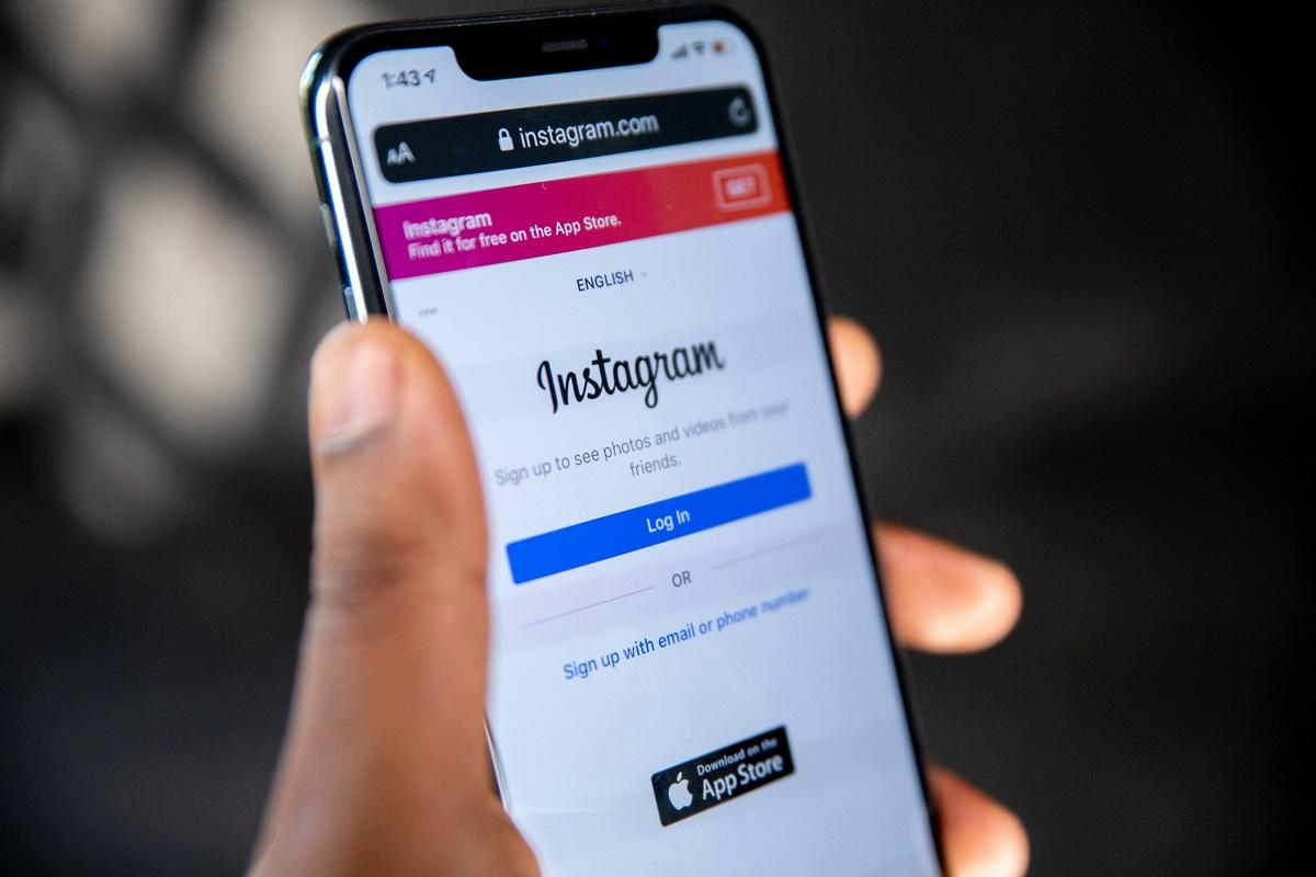 prim plan cu un telefon pe care este deschisa pagina de log in pe pagina de instagram