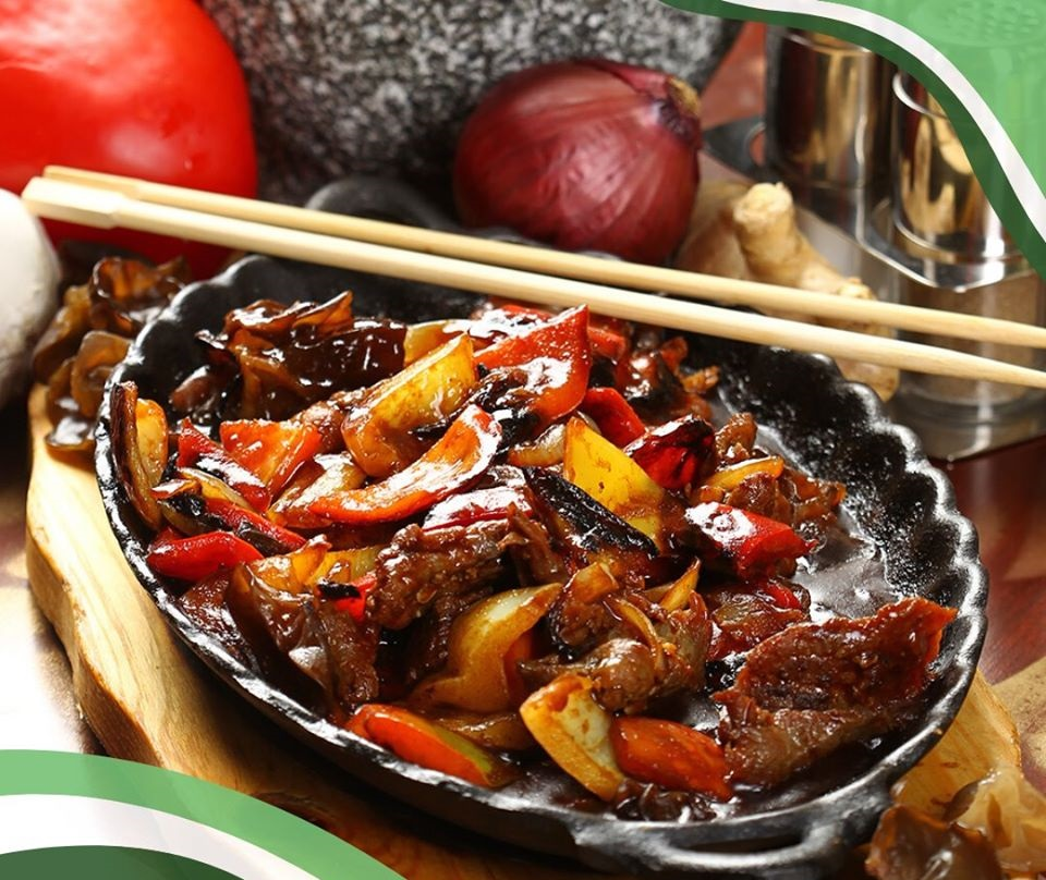 vita pe plita inchinsa servita intr-o tava metalica, cu carne de vita si legume si betisoare chinezesti, la restaurant L'incontro București