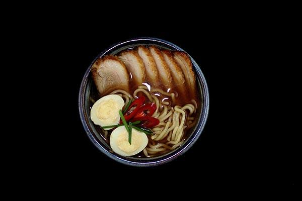 bol de supă ramen de la nadasan bucurești, fotografiat pe fundal negru