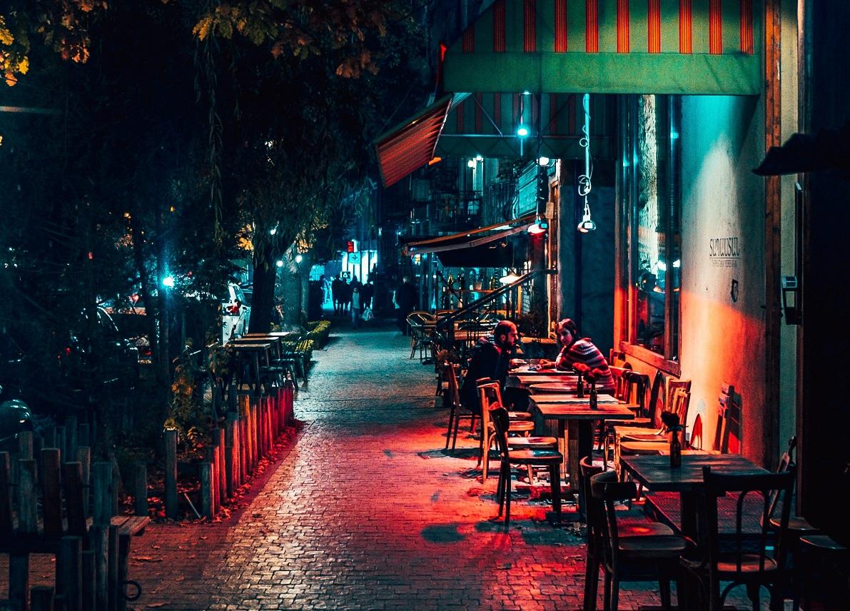 cuplu la masa la terasa noaptea, imagine reprezentativa pentru noi restricții coronavirs terase închise la 23:00