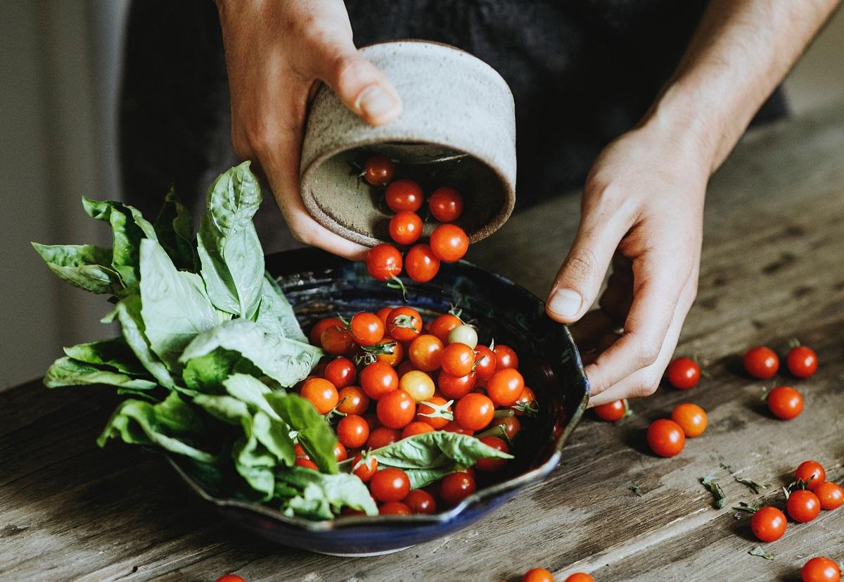 rosii cherry rasturnate intr-o farfurie dintr-un bol, ca ingrediente sănătoase la salată