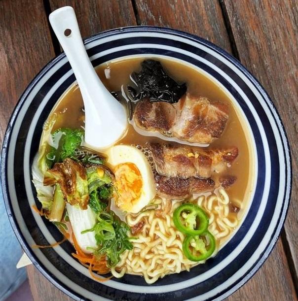 bol de supa japonez, cu supa ramen cu taitesi si ou fiert si carne si verdeata si o lingura alba, la Yokshi Sushi