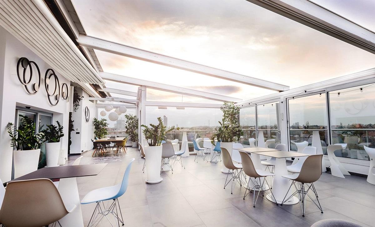 Terasa SkyBar din Dorobanți, de tip rooftop, cu mese si scaune albe si design modern