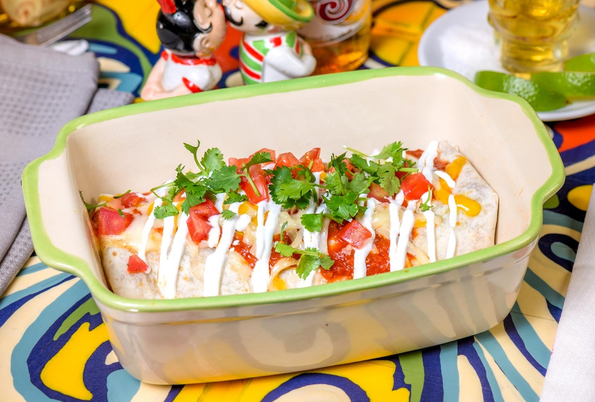 Burrito Chimichangas in vas adanc, alb, cu verdeata si sos de branza, mancare mexicana, la restaurant El Torito București