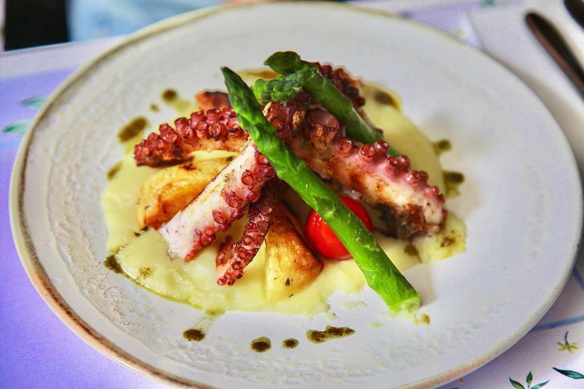 tentacule de caracatita grill cu piure de cartofi si sparanghel la restaurant fior di latte bucurești