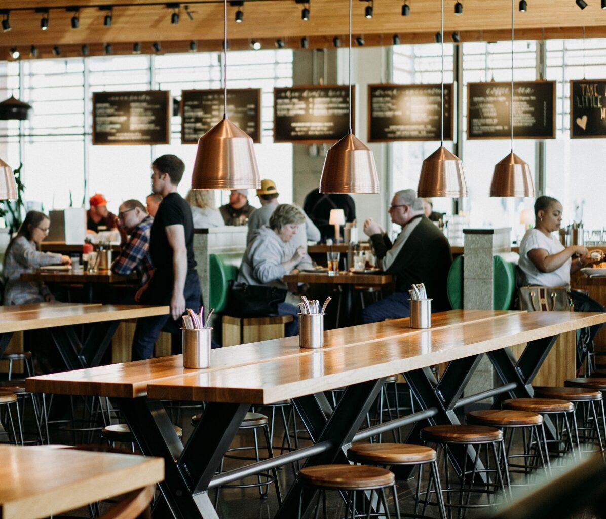 oameni stand la masa in restaurant, imagine pentru conditii pentru cand se redeschid restaurantelor la 1 septembrie