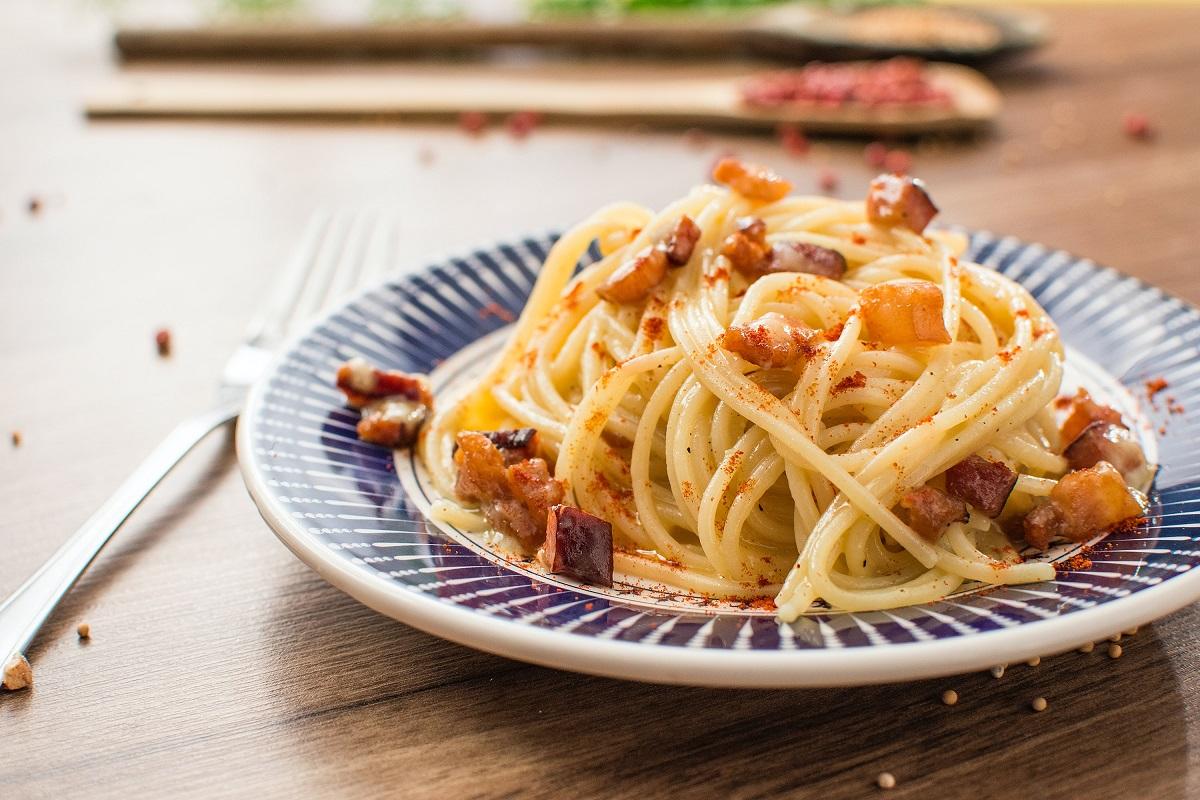 prim plan cu o farfurie cu alb si albastru plina cu o portie de spaghete cu legume și sos de rosii, pentru cum se prepară corect pastele