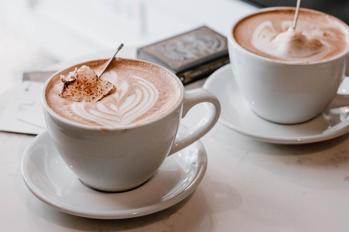 doua cesti albe de cafea cu model inimioara