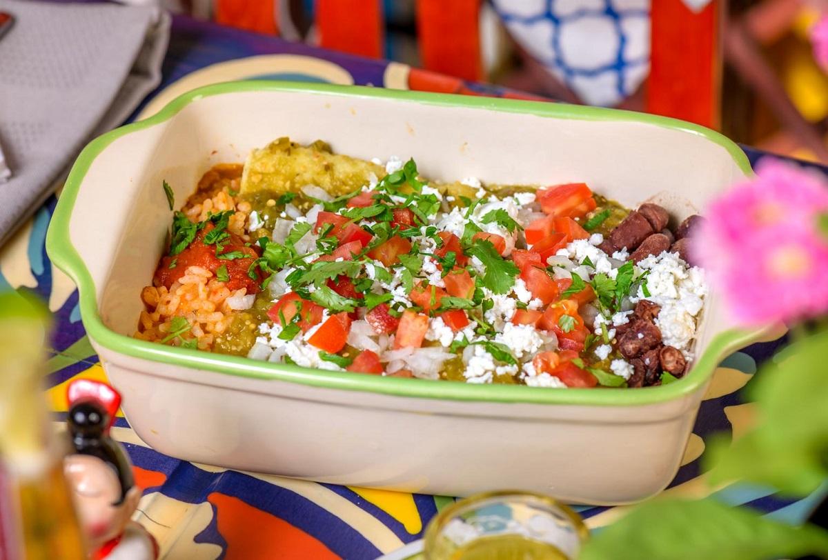 Enchiladas la restaurant El Torito București, mâncare mexicană cu legume, sos si tortilla umplute