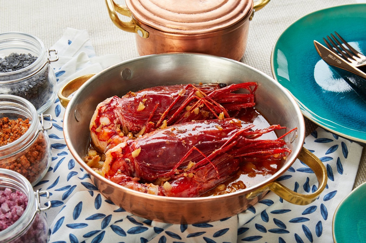 tigaie metalica cu doi homari gatiti, fucte de mare la dancing lobster terasă bucurești