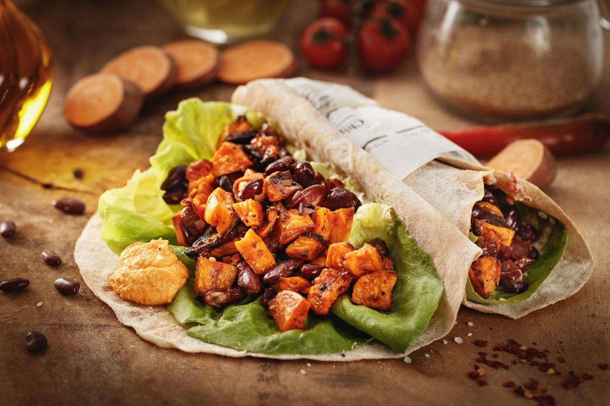 Happy Burrito, fără carne, de la Sara Green, restaurant București, cu legume, salata, sos verde in foaie de tortilla