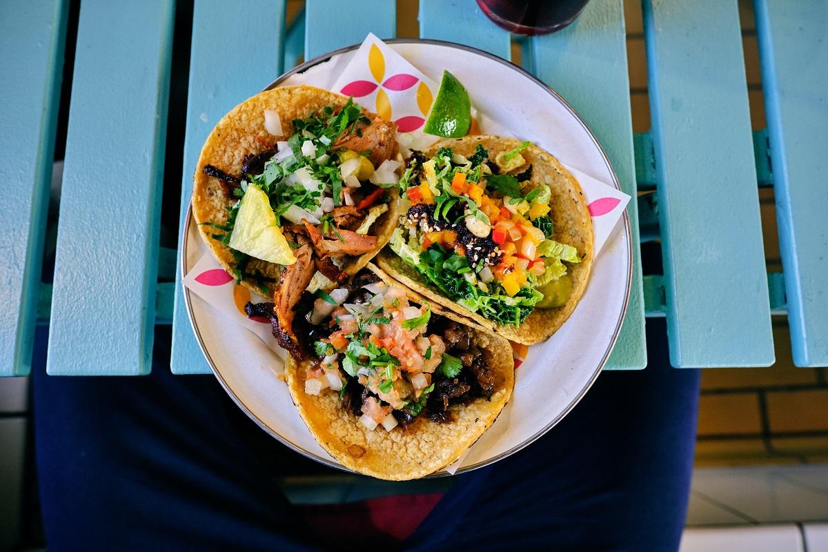 3 tacos cu carne si legume, mancare mexicana la restaurante bucurești
