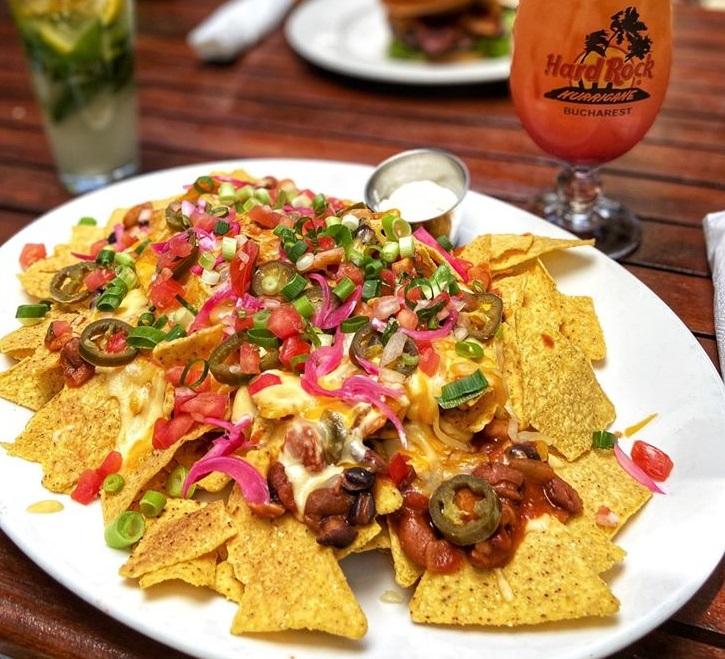 Classic Nachos, mancare mexicana, pe o farfurie alba, cu nachos, carne si legume amestecate,  de la Hard Rock Cafe București