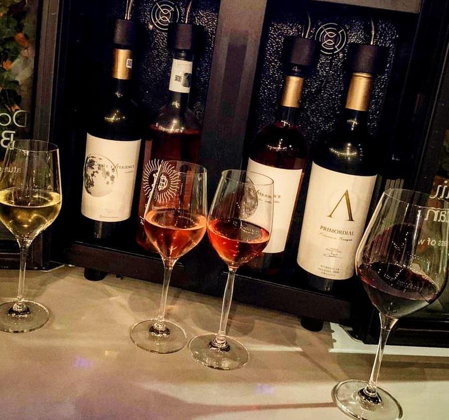 sticle si pahare de vin la nido kitchen &  wine