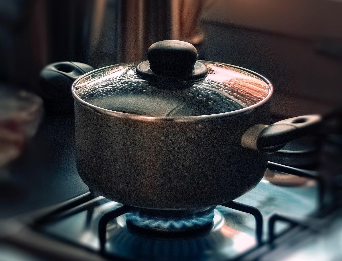 oala cu capac pusa pe aragaz pe foc, la fiert, pentru cum se prepară corect pastele