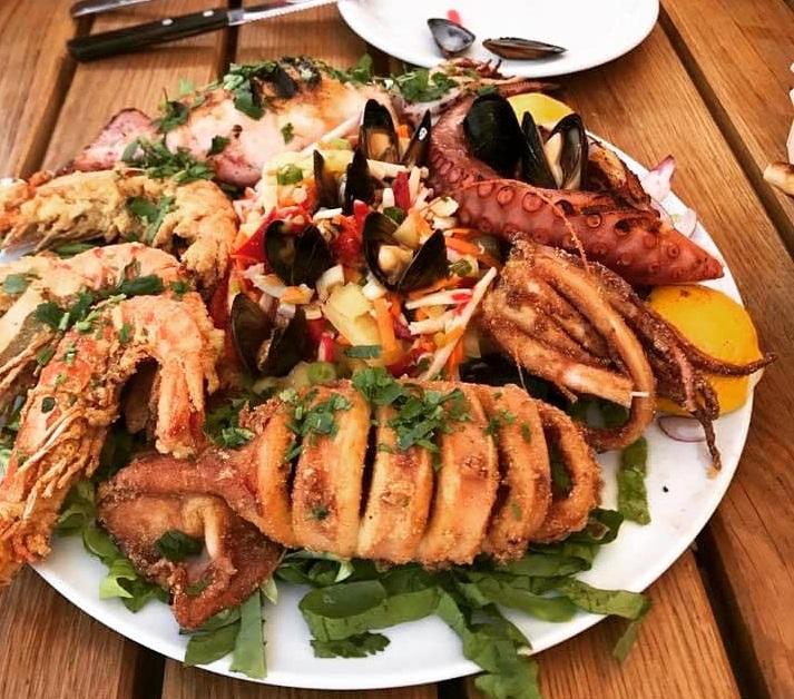 platou cu fructe de mare, calamar grill, calamar umplut, caracatita, creveti, la restaurant cu terasă nikos greek taverna bucurești