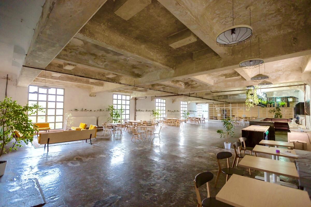 interiorul restaurantului deschis gastrobar, cu aspect industrial, si spatiu mare, larg, in mijloc, cu mese pe laturi, si tavan aparent, un loc in care sa organizezi un eveniment privat