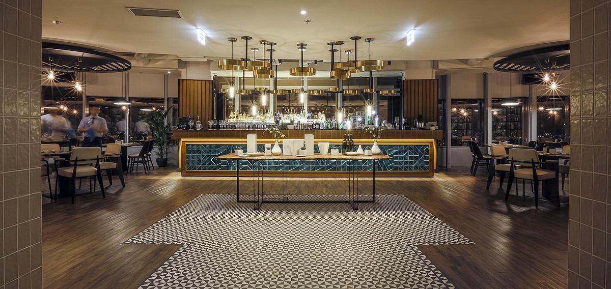 barul de la nor sky casual restaurant, in nuante de albastru si auriu, cu corpuri de iluminat suspendate, unul dinr estaurantele unde poti organiza un eveniment privat