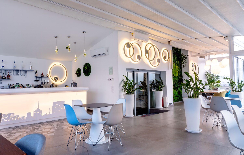 sky bar dorobanti fotografiat la interior, cu pereti si mobilier alb si corpuri de iluminat futuriste, un loc in care sa organizezi un eveniment privat