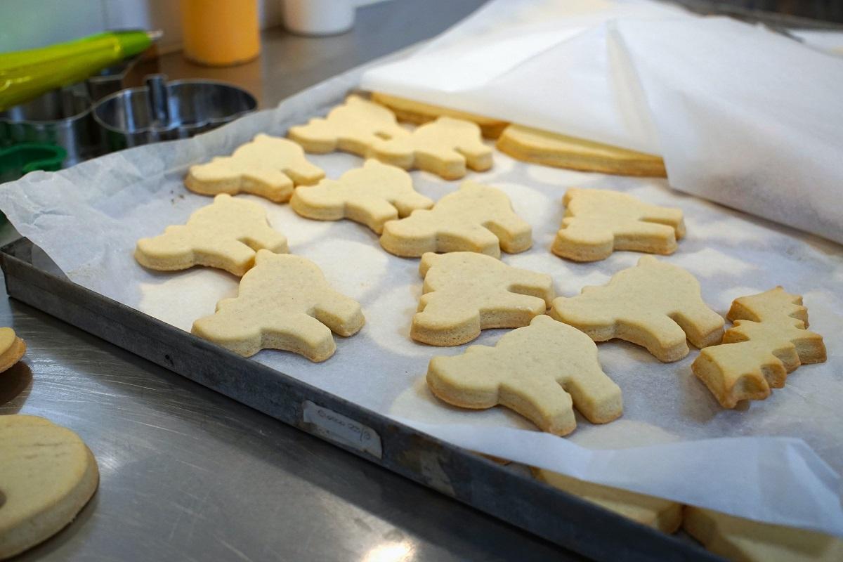 biscuiti de casa in forma de animale asezati in tava de cuptor pentru ce sa-i dai sa mănânce la școală