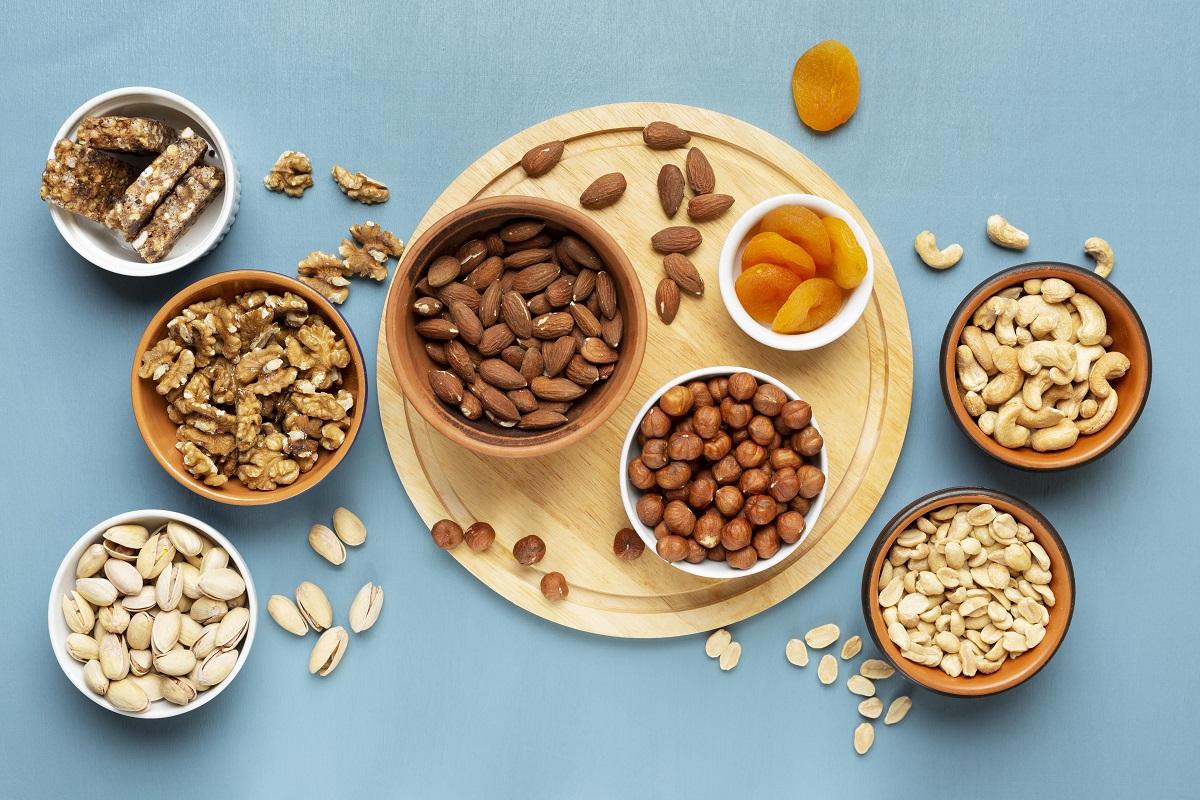 boluri cu nuci si seminte, alune si caise uscate pe fundal albastru pentru pachețel la școală de mâncare
