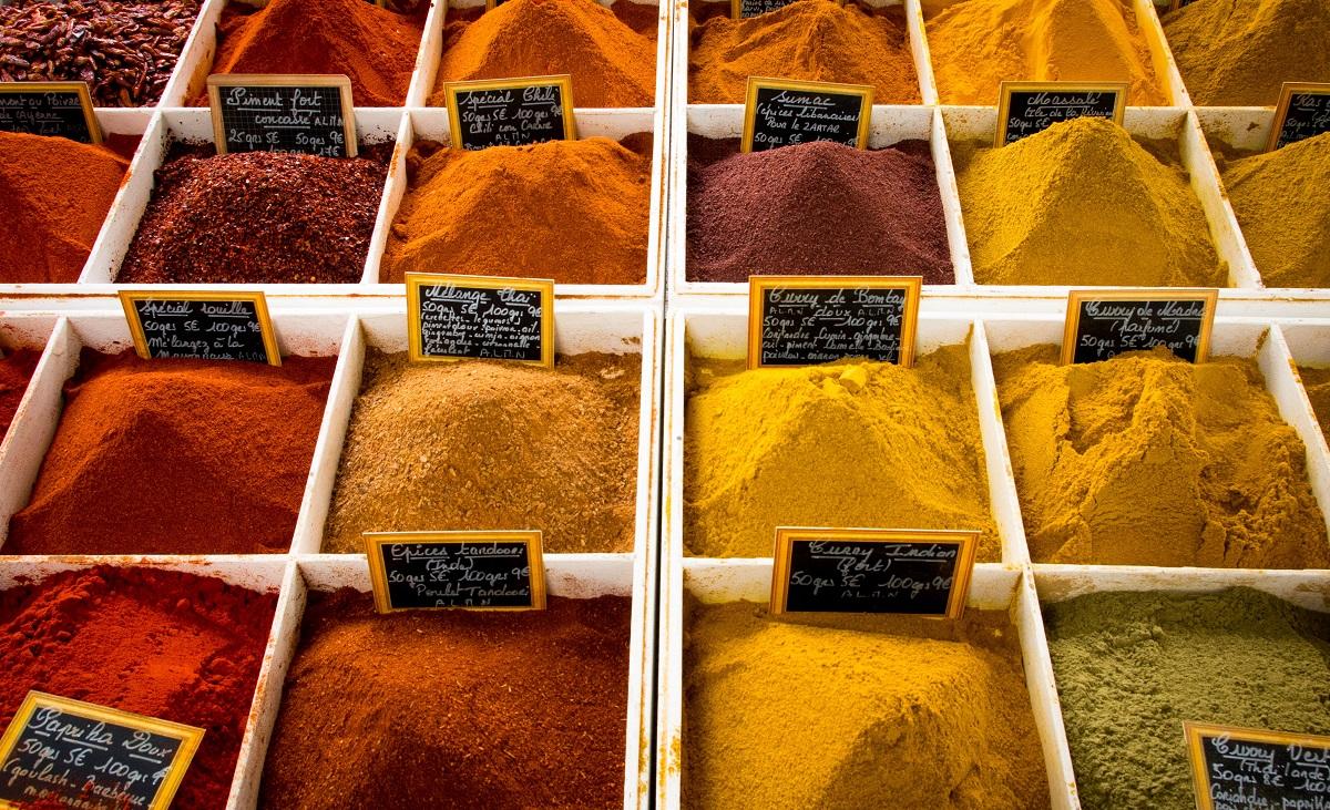 condimente pudra in culori de galben, maro si rosu, puse in saculeti la vanzare