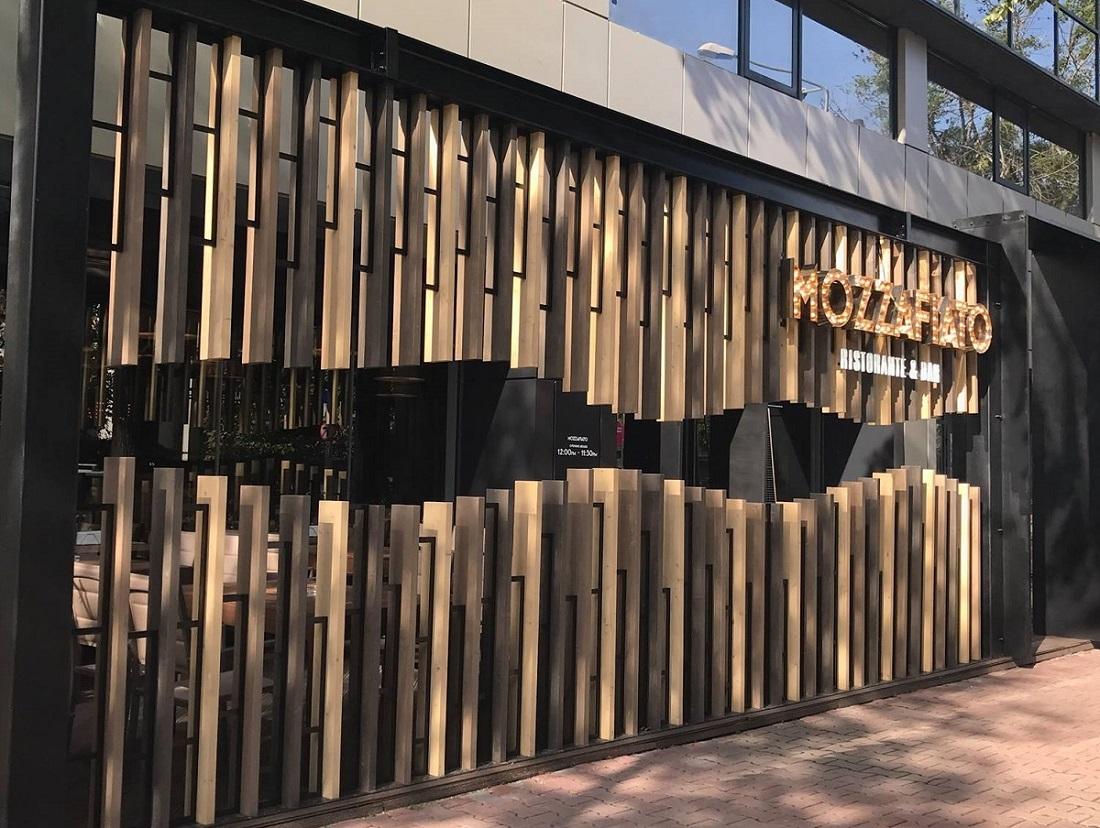 restaurantul mozzafiato fotografiat de la exterior, cu decor din lemn si litere volumetrice