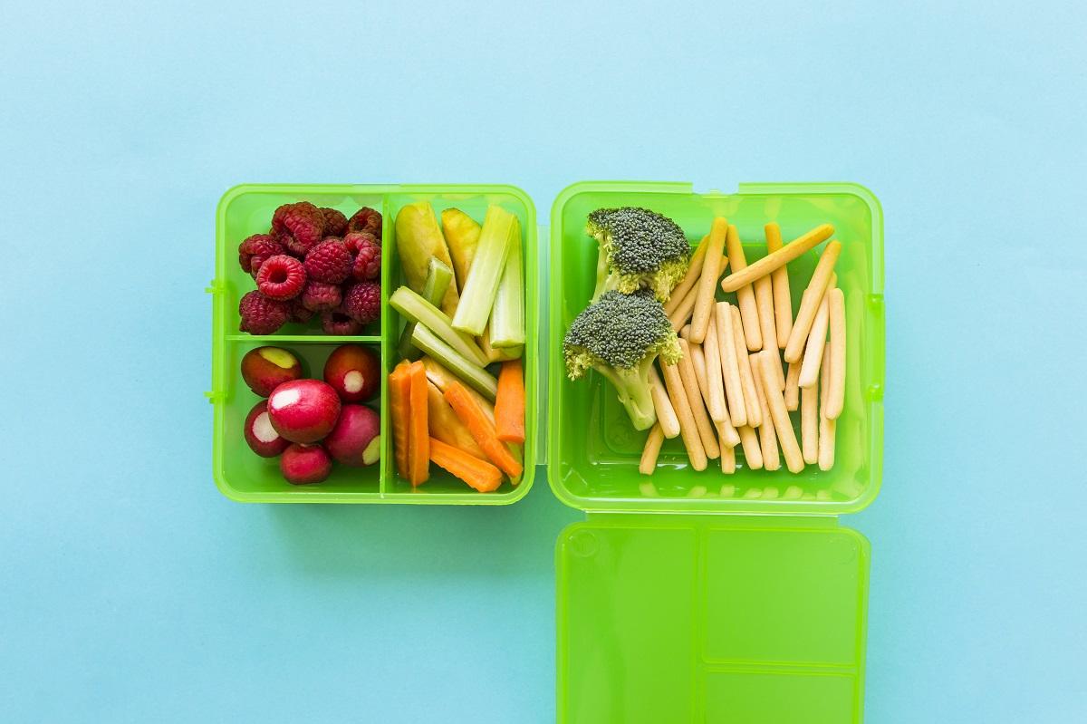 casoleta verde cu fructe si legume sticks la pachet să-i dai să mănânce la școală