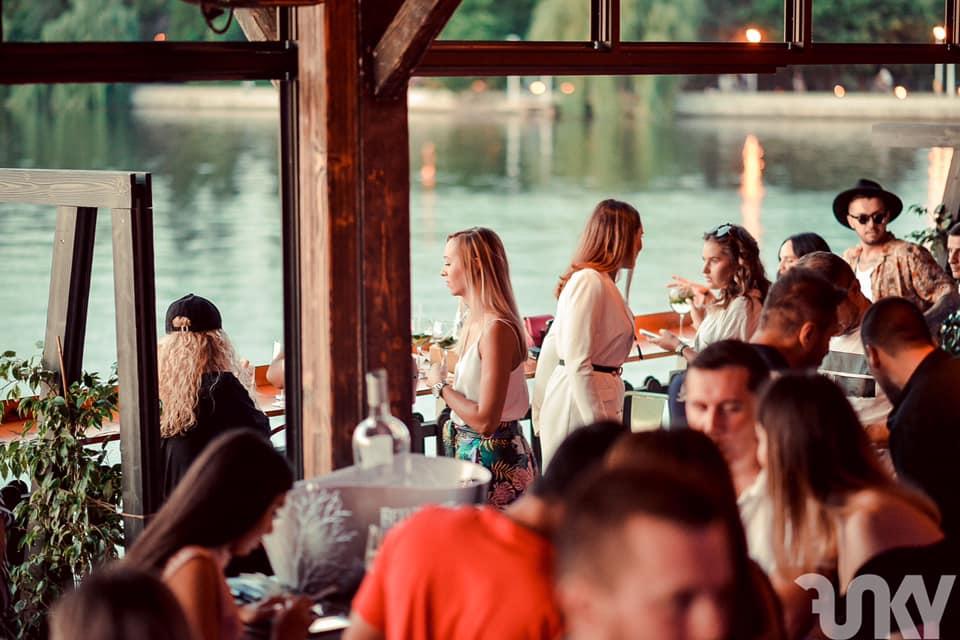 oameni la terasa funky lounge herastrau, cu vedere la lac