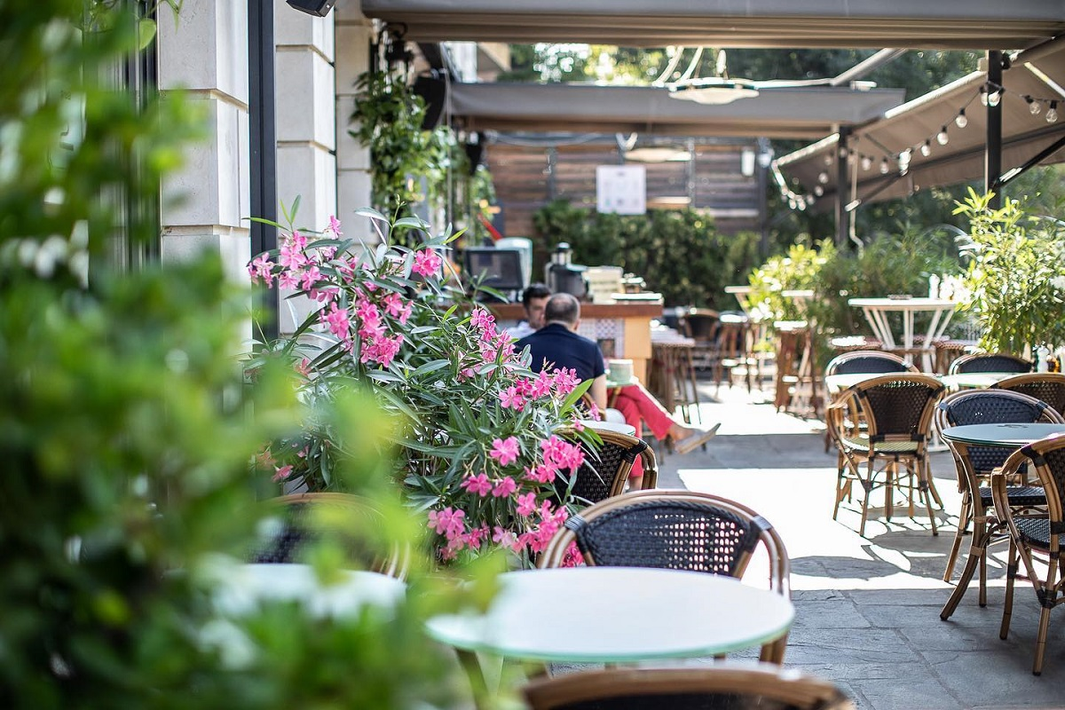 terasa cu flori in plrim plan si mese asezate pe doua randuri in fundal, la fratelli bistro, restaurante floreasca