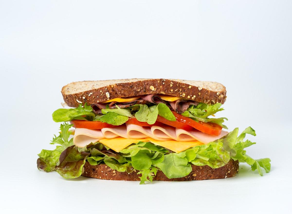 sandwich cu paine integrala, salata verde, legume casvaval si salam, de pus in pachet la școală
