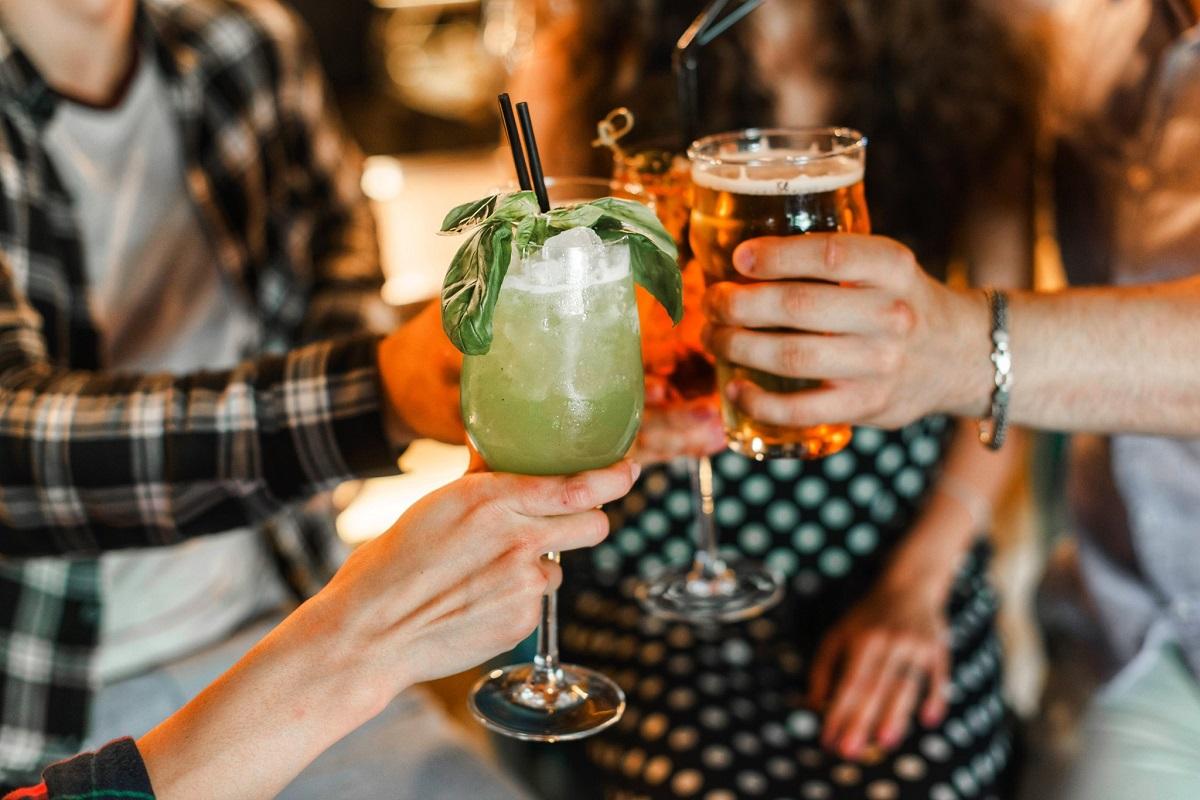 oameni ciocnind pahare de cocktail la restaurant the mark restaurant&pub din bucurești