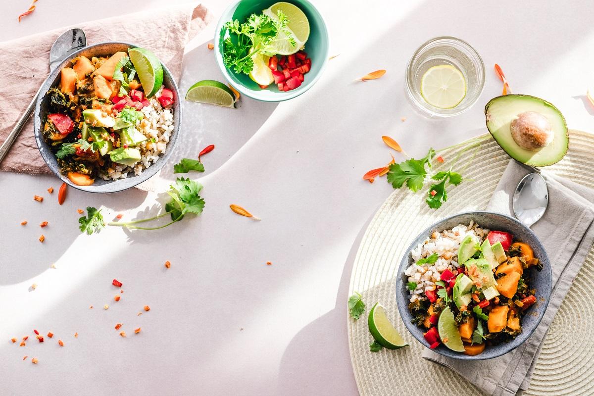 doua farfurii cu salata sanatoase pe fundal alb, pentru dieta keto