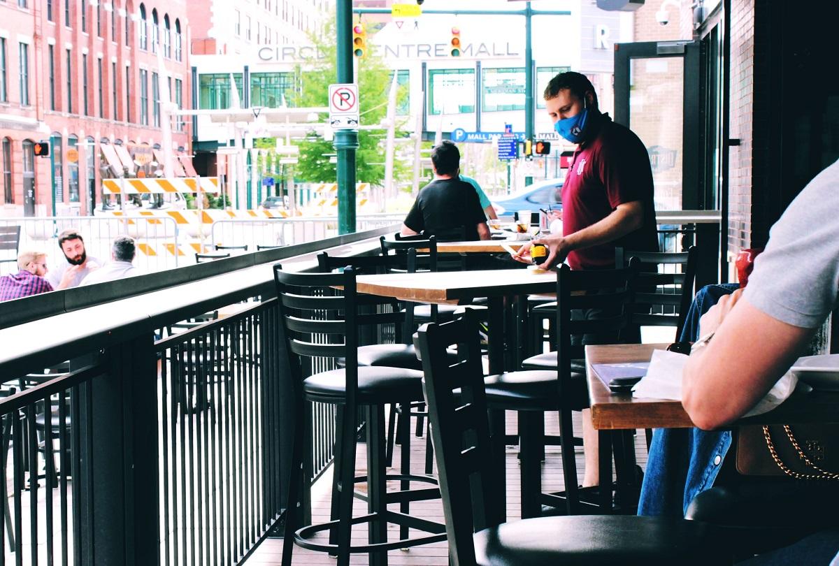 barbat cu masca ospatar la terasa, rse închid restaurantele București