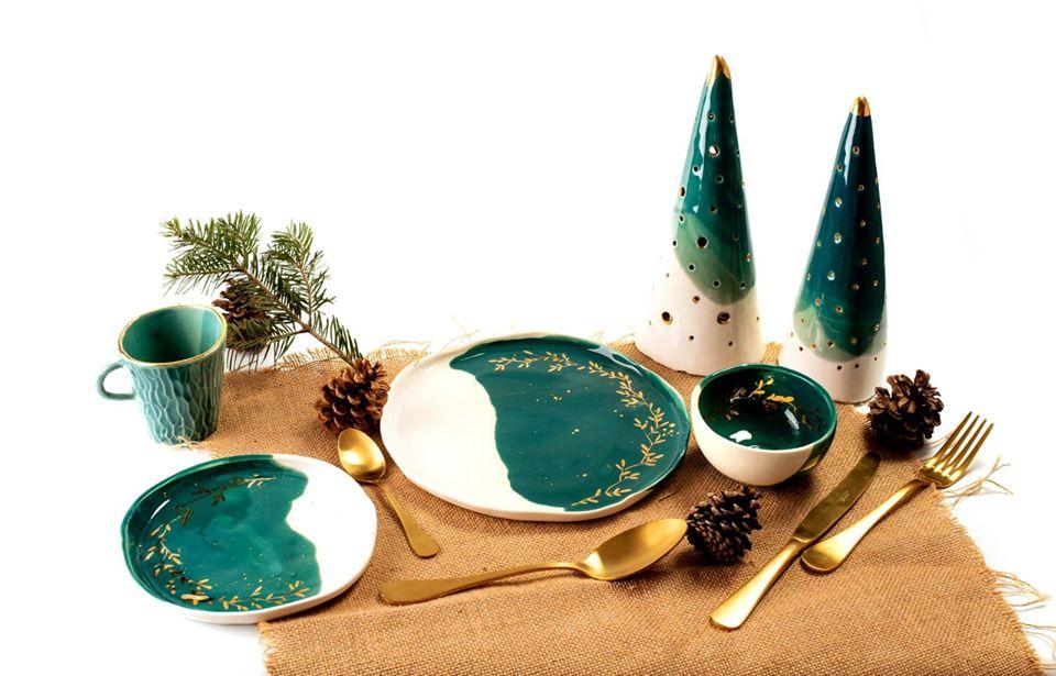 vesela ceramica colecția de Crăciun de la Mica Cera, cu farfurii boluri si ornamente in alb si verde inchis, cu accente aurii