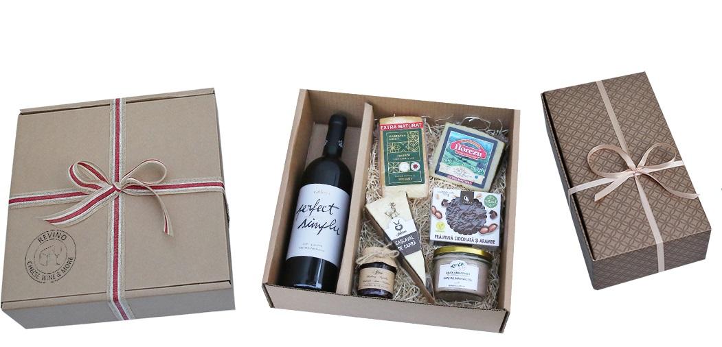 cutie de cadou cu preparate culinare, branzeturi si borcane si vin de la revino, cadouri Crăciun foodie